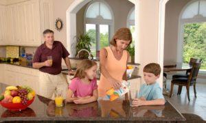 家族とキッチンの画像